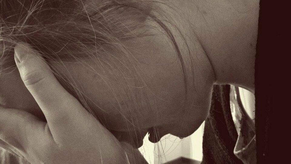 Mujer trabajadora enferma hidrosadenitis