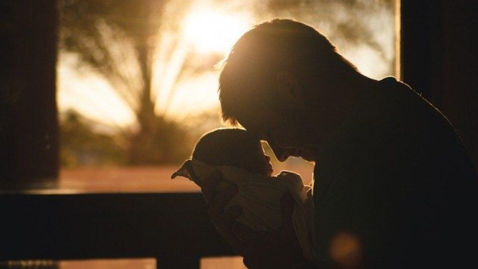 Padre con permiso de paternidad 2021